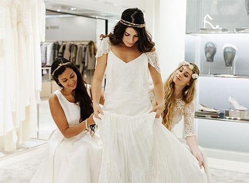 Faire des essayages de robe de mariée en étant bien entourée. Julie Wedding Planner Lyon.