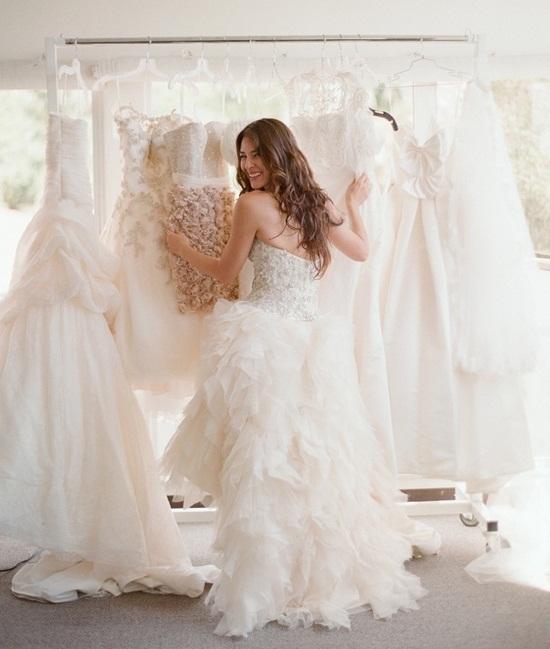 Une future mariée en plein essayage de sa robe de mariée ! Julie Nagy Wedding Planner Lyon