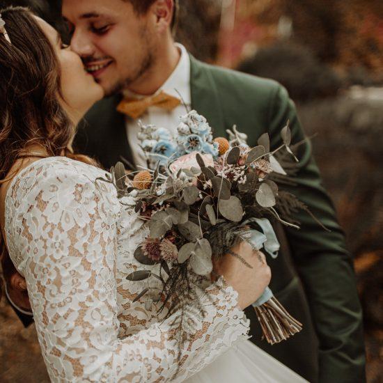 Les mariés profitent d'un moment d'intimité pendant leur mariage. Julie Nagy Wedding Planner Lyon